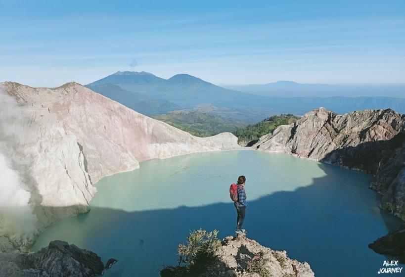 Kawah Ijen dengan view danau belerang dan Gunung Raung